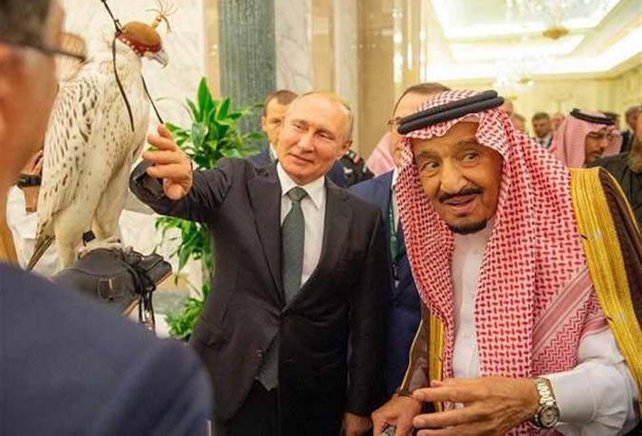 """هدية بوتين للملك سلمان .. """"صقر"""" أبيض نادر"""